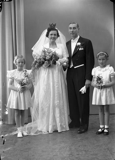 "Enligt fotografens journal nr 8 1951-1957: ""Karlsson, Herr Karl Olof Stenungsund""."