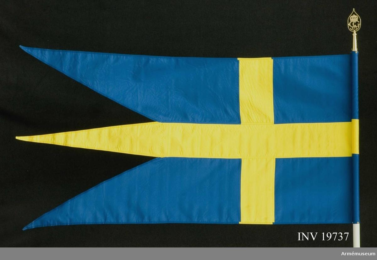 Samhörande fana och spetsblad. Tretungad blå-gul svensk fana.