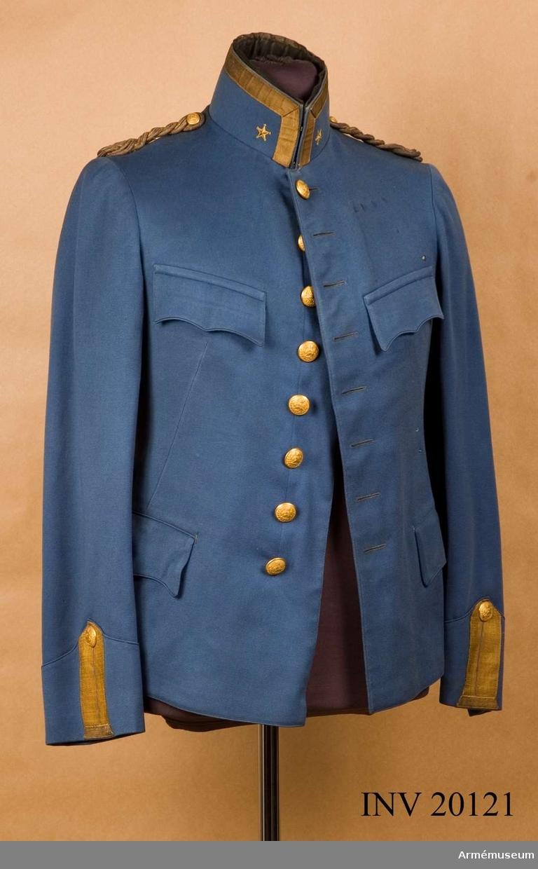 Grupp C I. Ur uniform för major vid Gendarmeriet, Persien.  Består av vapenrock, långbyxor, ridbyxor, kappa, sabelkoppel, mössa, kordong, ägiljett. Buren av K Killander (1886-1951) under tjänstgöring i Persiska armén 1912-14. Vapenrock av ljusblått kläde. Enradig med 8 knappar. Axelklaffar av guldtränsar med valknut som knäppes med mindre knapp. Fickor alla inre; två i rocken sydda, sidofickor och två bröstfickor med 3 uddiga ficklock. Foder av mörkblå satin med vänster innerficka. Knappar alla av gulmetall med persiska emblem - lejon med svärd, med kronan ovanpå och under lejon. Krage upprättstående, med raka vinklar. Bred guldgalon, 20 mm, på kragens båda sidor en stor femuddig guldstjärna. Ärmuppslagen spetsiga, 12 cm höga framtill, vardera försett med knapphål av guldgalon med knapp.