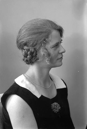 """Enligt fotografens journal nr 6 1930-1943: """"Jacobsson, Berta Korsgård, Svenshögen""""."""