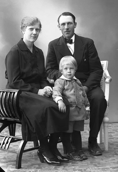 """Enligt fotografens journal nr 6 1930-1943: """"Larsson, Sigfrid Torp Jäger""""."""