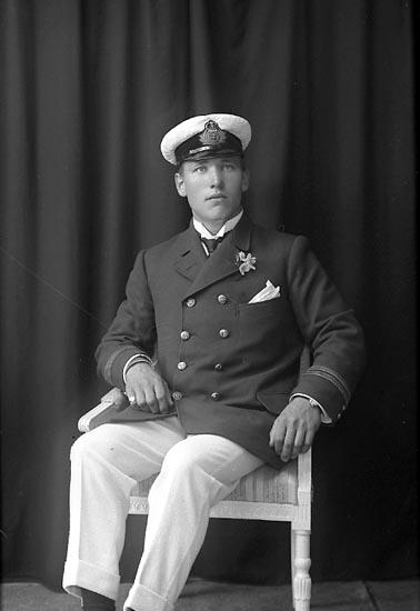 """Enligt fotografens journal Lyckorna 1909-1918: """"Matsson, Mr. Pensionatet, Ljungskile""""."""
