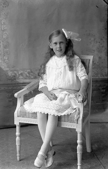 """Enligt fotografens journal Lyckorna 1909-1918: """"Ringe, Disponent Göta"""". Enligt fotografens notering: """"Gunvor Ringe Göta""""."""