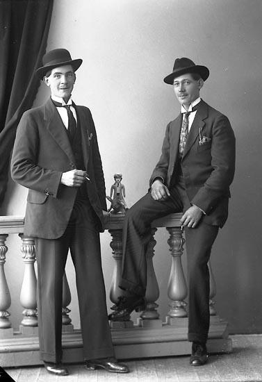 """Enligt fotografens journal nr 4 1918-1922: """"Karlsson, Ivar Kyrkenorum, Här""""."""