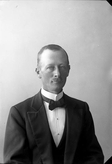 """Enligt fotografens journal nr 4 1918-1922: """"Enander, Rudolf Assmundtorp, Säfve""""."""