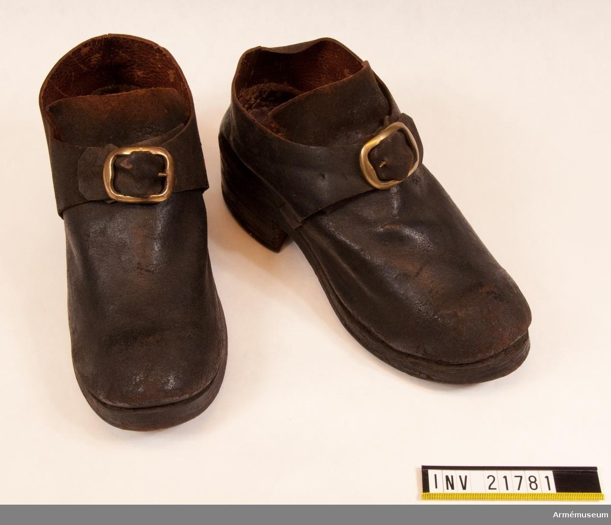 """Grupp C I. Ur uniform för spel, Hälsinge regemente. 1765-79. Består av rock, väst, knäbyxor, hatt, skor, strumpor, strumpeband, halsduk, trumma med rem, trumstockar, livgehäng, huggare. Med skospännen av mässing. Vänster sko bär rester av 7 sigill varav 4 fasthållit en modellapp, varav endast en flik återstår, där årtalet 1762 läses. De mindre röda sigillen hava varit Krigs Collegii Prof Stämpel med sluten krona. Ett större sigill i hålfoten, """"Regis Regnique Collegii"""". Sigillum välbevarat /1950-09 Adler."""