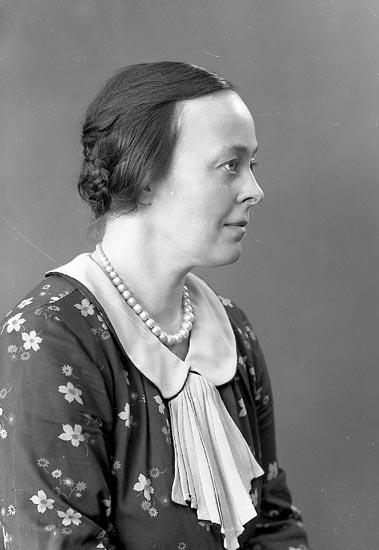 """Enligt fotografens journal nr 6 1930-1943: """"Svenungsson, Fr. Ingrid Här"""". Enligt fotografens notering: """"Lärarinnan Fr. Ingrid Svenungsson Nyborgs skola Stenungsund""""."""