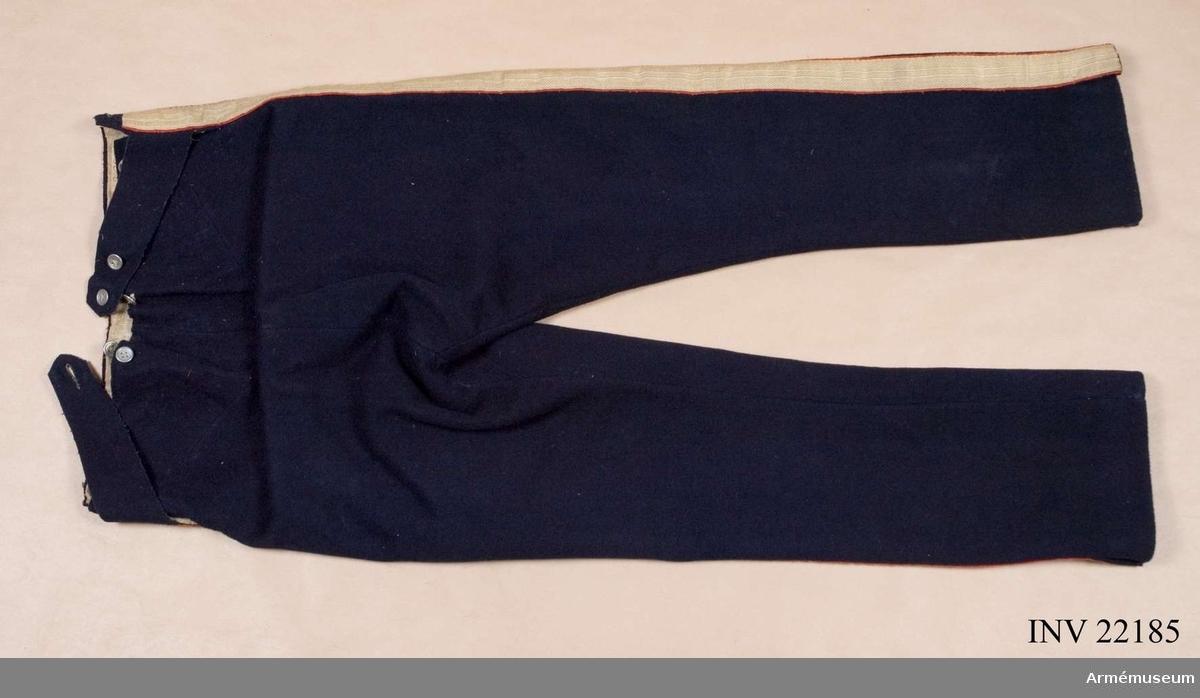 Grupp C I. Ur uniform för manskap vid Första livgrenadjärreg. 1831-45. Består av jacka, epåletter, byxor, huvudbonad, plym, pompong, skärp, halsduk, skor, damasker, axelgehäng, handrem t huggare, patronkök, bandolärrem, gevärsrem. Byxa enl Go 4/10 1831 är oförändrade. Se Schützercrantz 1849, pl. X.