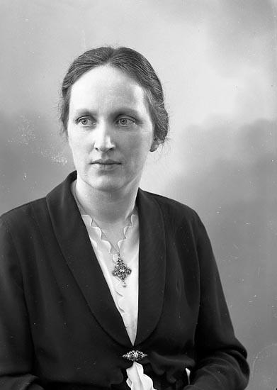 """Enligt fotografens journal nr 6 1930-1943: """"Nyblom, Fru Karin Prästgården J-da""""."""