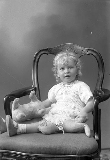 """Enligt fotografens journal nr 6 1930-1943: """"Olsson, Birgit adr. Lantm. Olsson Här""""."""
