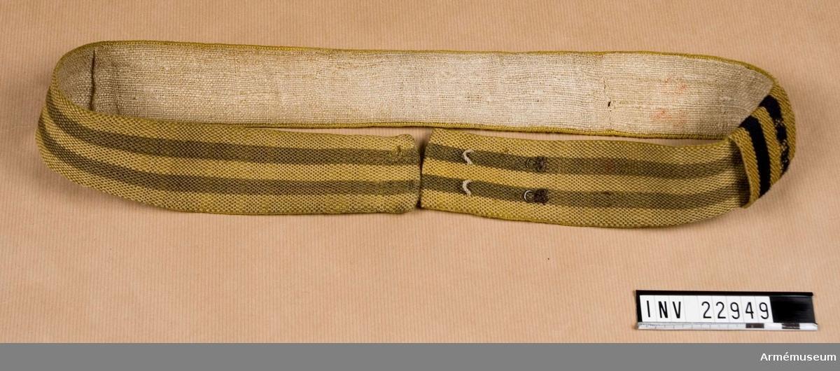 Grupp C I. Ur uniform för manskap vid Smålands grenadjärbataljon 1832-45. Består av kollet, epåletter, byxor, tschakå, pompong, plym, skärp  halsduk, skor, damask, patronkök, bandolär huggare och axelgehäng. Skärpet fastställt enligt generalorder 11/9 1824 (armén allmänt)