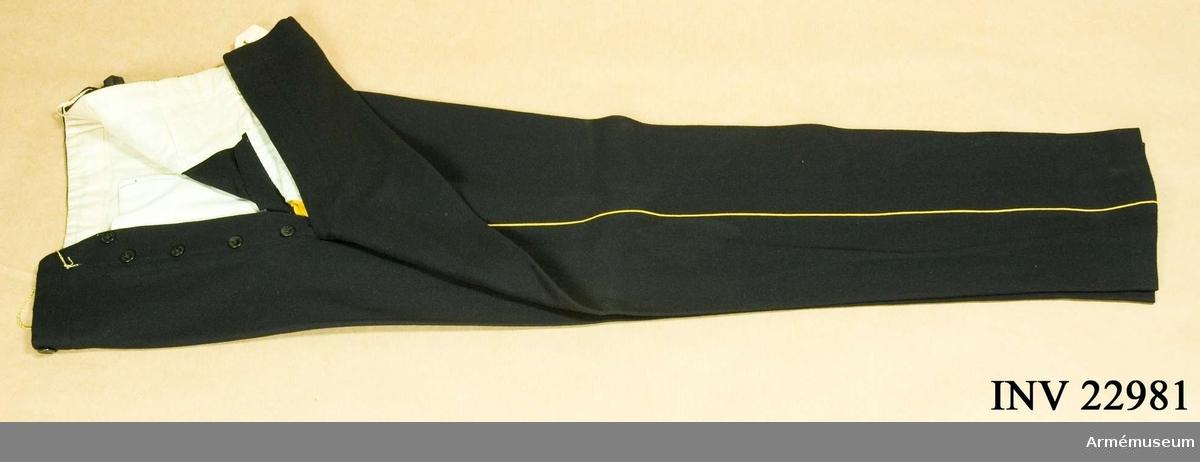 Grupp C. Ur uniform för officer vid smålands grenadjärkår. Buren av Majoren i armén Adolf Willhelm Murray f. 31 maj 1823