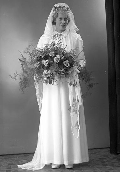 """Enligt fotografens journal nr 6 1930-1943: """"Olsson, Bruden""""."""