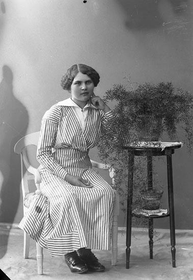 """Enligt fotografens journal nr 2 1909-1915: """"Johansson, Annie, Tollungnered, Svanesund""""."""