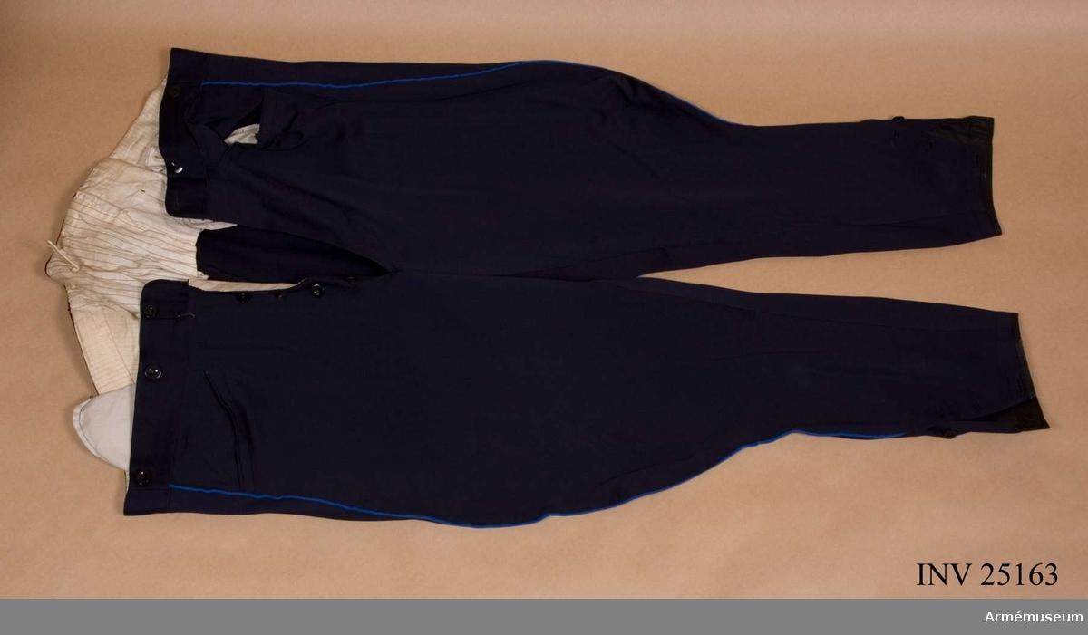 Grupp C I. Ur uniform bestående av: vapenrock, epåletter, långbyxor, kappa, mössa, pompong, plym, vapenplåt. Generalorder 1872-11-11.