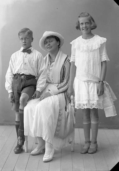 """Enligt fotografens journal nr 4 1918-1922: """"Flack, Fru Ön""""."""