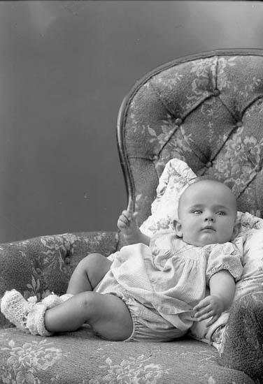 """Enligt fotografens journal nr 7 1944-1950: """"Karlsson, Anna-Lena Almesund Hjälteby""""."""
