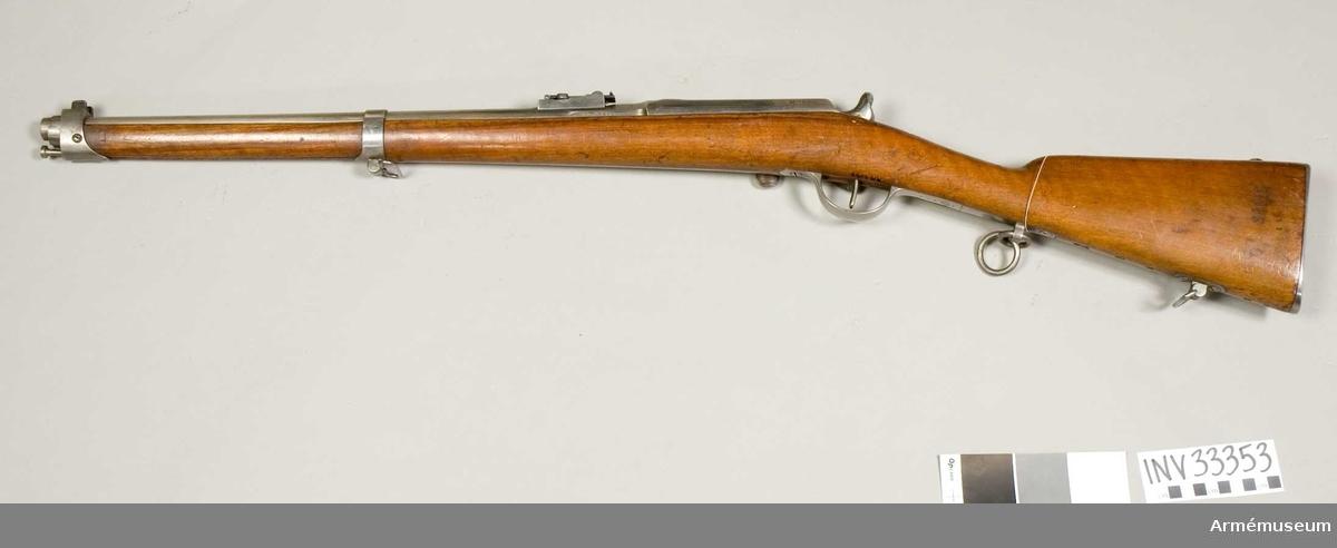 """Grupp E II.  Karbin m/1866 med bakladdning för kavalleri, Tyskland. Ändrad i Tyskland för mässingspatroner och tilldelad tyska kavalleriet. Loppets relativa längd: 45,8 kaliber. På pipans bakre del är instansat 10,95 vilket måste vara kaliber. Dessutom bokstaven D 34519. På lådan står """"Manufaktore imperiale Mutzig M le 1866."""" På kolvens vänstra sida siffrorna 349."""