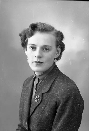 """Enligt fotografens journal nr 8 1951-1957: """"Eriksson, Siv Lasshammar, Stenungsund""""."""