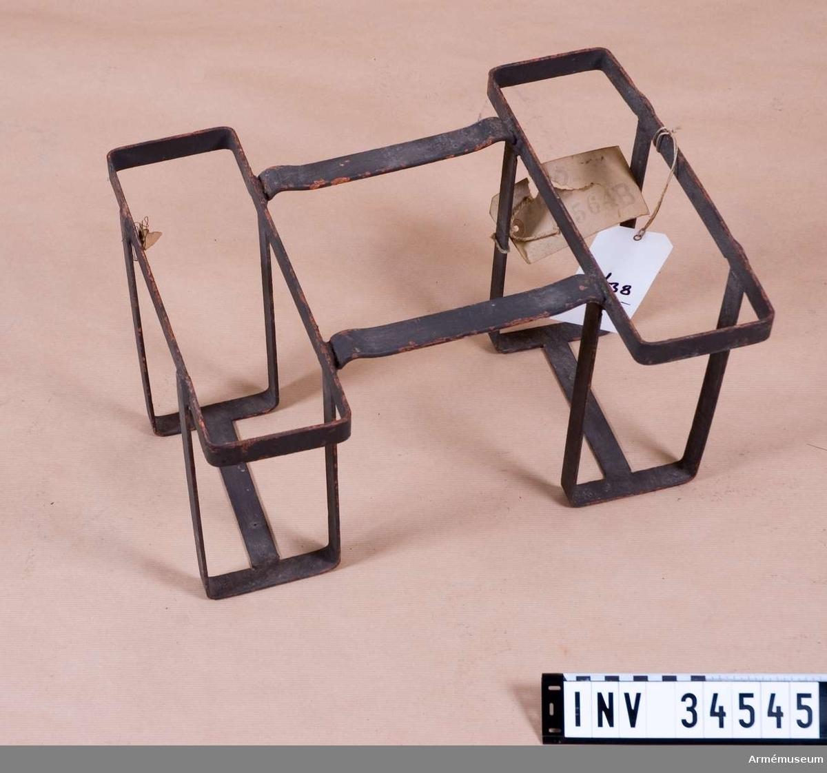 Grupp K I. Hållare till två lådor för vinggranater till granatkastare