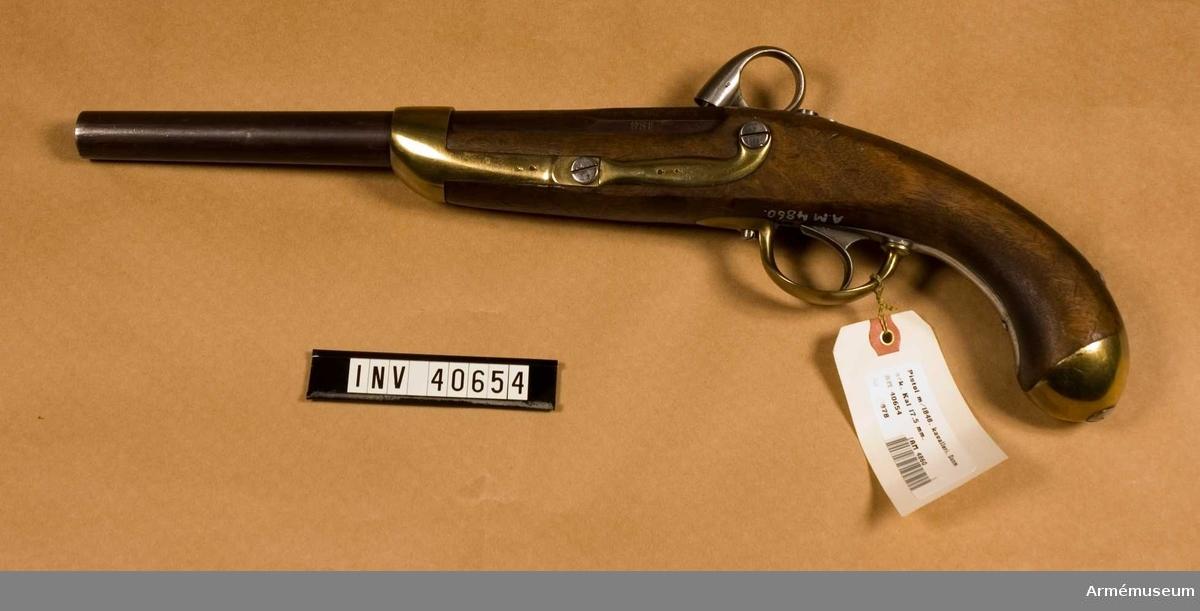 """Grupp E III.  På kammarstyckets vänstra sida """"831"""" och """"6 DR 5 E 103"""". På låsblecket en kunglig krona, """"M"""" och """"48"""" över varandra. Beslag av mässing.  Samhörande nr är 40654-5, pistol, laddstock."""