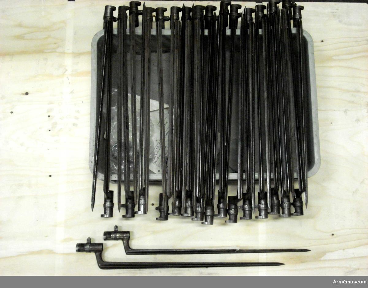 Grupp E II f.  Samhörande gåva: 297 gevär med bajonett, 41000-41593. Samhörande nr 41068-9, gevär, bajonett.