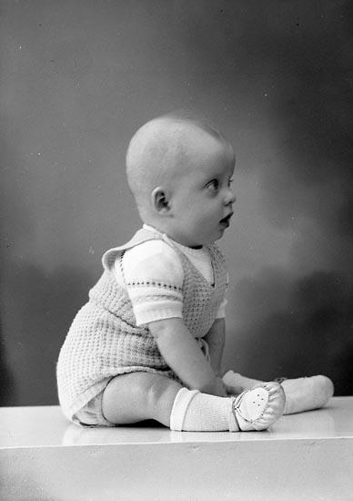 "Enligt fotografens journal nr 8 1951-1957: ""Samuelsson, Fru Ina Box 219, Svanesund""."