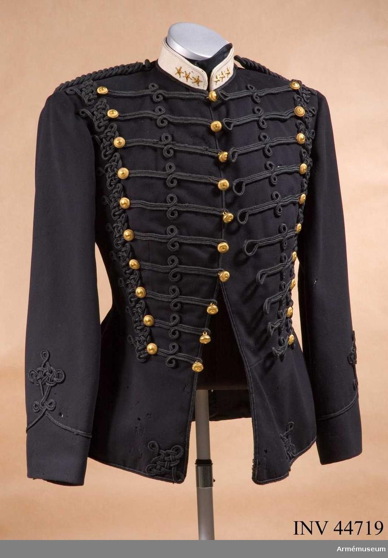 Grupp C I. Ur uniform m/1873 för kapten vid Wendes artilleriregemente. Består av attila, långbyxor, käppi, pompong, plym.Attilan mycket illa åtgången av mal. Uniformen buren av kapten mm Louis Armand Engström född 1845.