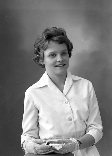 """Enligt fotografens journal nr 9 1958-: """"Gunnarson, Kerstin Stenungsund""""."""