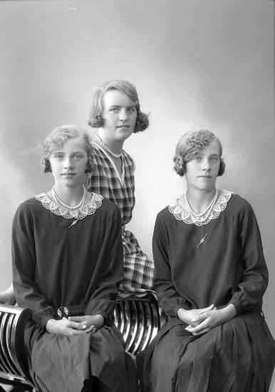 """Enligt fotografens journal nr 6 1930-1943: """"Andersson, Emma, Kromeröd, Höviksnäs""""."""