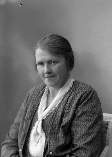 """Enligt fotografens journal nr 6 1930-1943: """"Olsson, Signe Järnklätt""""."""