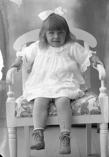 "Enligt fotografens journal nr 5 1923-1929: ""Jonsson, Gulli Åregren, Svenshögen""."