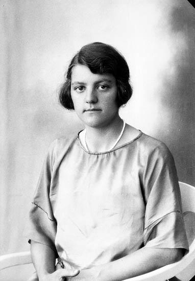 """Enligt fotografens journal nr 5 1923-1929: """"Abrahamsson, Klara Inlag, Här""""."""