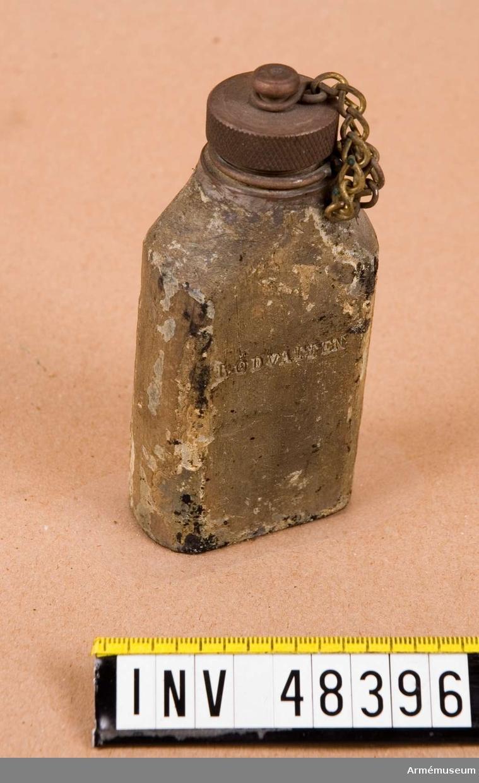 Grupp E VIII. Flaska för lödvatten med lock.