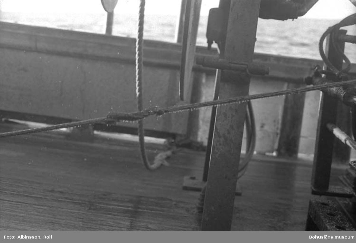 """Enligt fotografens noteringar: """"Mitt på wiren ser man ett märke som indikerar var 25:e famn.""""  Fototid: 1996-03-07."""