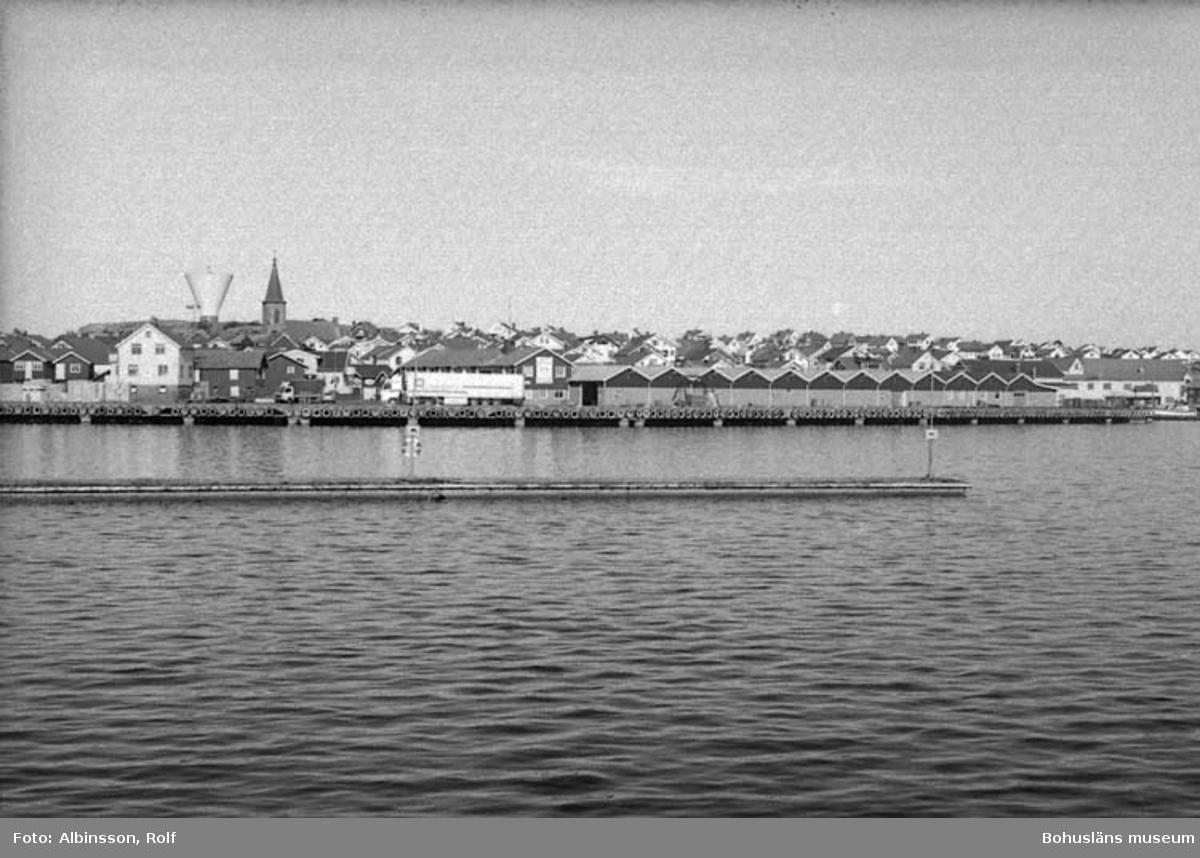 """Enligt fotografens noteringar: """"Vi närmar oss Smögenhamnen och ser Smögens fiskeauktion.""""  Fototid: 1996-03-07."""