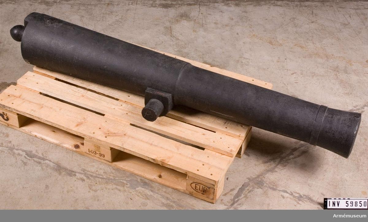 Grupp F I.   Eldrör gjutet vid Åkers styckebruk, tillhör det sista partiet av hyttstöpta kanoner. 6-pundig slätborrad framladdningskanon m/1804 av Helvigs konstruktion.