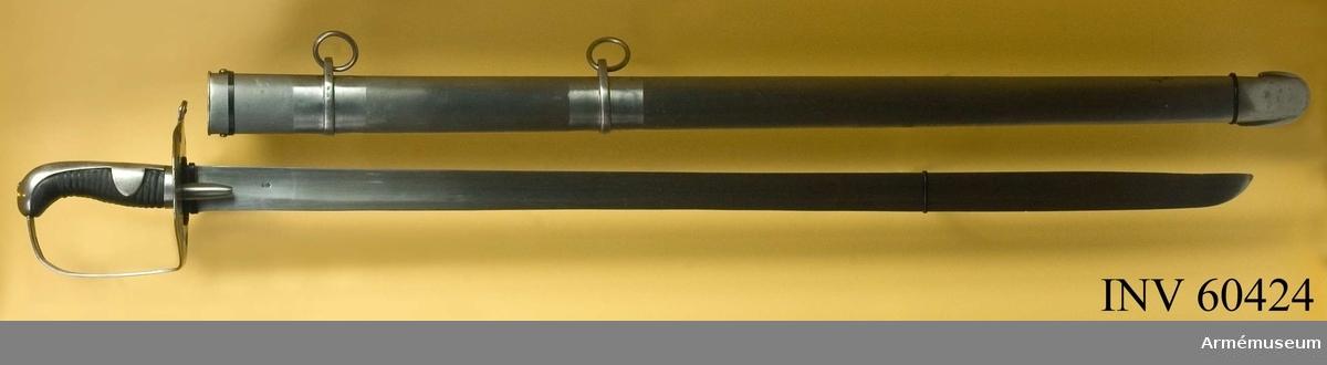 Grupp D II. Klingans bredd upptill är 38 mm.Klingan är rak, eneggad och skålslipad. Udden ligger i ryggens förlängning. På yttersidan en bit från fästet är en krona över siffran 3 inslagen. På ryggen vid fästet står DAWES BIRM och delvis över denna signatur är 23 RB No 6 inslaget. Fästet är av järn. Kaveln är klädd med svart läder, och kring  den går en spiralräffla 17 varv. Baktill har den ryggbeslag, som  upptill övergår i en avrundad kappa. Längst ned omges kaveln av  ett ringliknande, 10 mm brett järnbeslag och 15 mm ovanför detta  beslag utgår från ryggbeslaget på var sida en ganska stor, avrundad flik, som skjuter in över kavelns sidor. Genom kaveln och flikarna går en nit. Parerplåten är nästan cirkelrund, ganska stor och svagt kupig.  Från dess bakre sida utgår en liten, avrundad flik, som så att  säga ersätter parerstång. Längs kanterna har parerplåten på var  sida tre ovala hål och längst bak ett halvrunt sådant. Från  undersidan av parerplåtens mitt skjuter ett par ganska långa,  nedåt smalare, kullriga styrskenor ut. På översidan, under  kaveln, förstärks parerplåten av ett romboidiskt, ganska stort  järnbeslag, som också det baktill har en avrundad flik, lika den  från parerplåten utgående. Detta beslag hålls fast av två nitar, en fram och en bak. Framtill utgår handbygeln i rät vinkel från parerplåten.  Handbygeln är rätt bred, har rektangulärt tvärsnitt och har  upptill ett avlångt hål för handremmen.Pallaschen är en pallasch m/1790 för tunga engelska kavalleriet och har ingått i det parti på 4000 sidovapen, som 1808 inköptes i England för svenska arméns räkning. Pallascherna tilldelades svenska kavalleriet och användes delvis till in på 1880-talet.