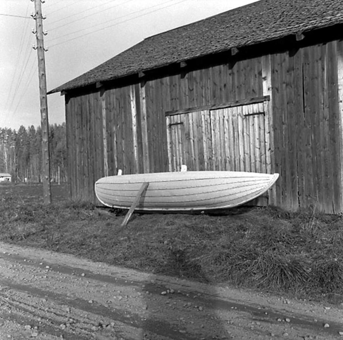 Fotografiet är taget: 1957  Båtbyggeri norra Sverige innehåller intreörer, 165 s.v. kop. 18 neg. till 18 av kop. finns i neg.ark. nr. 1929:1-2 filmnr. 119 och 120. Format 6x6 10x10