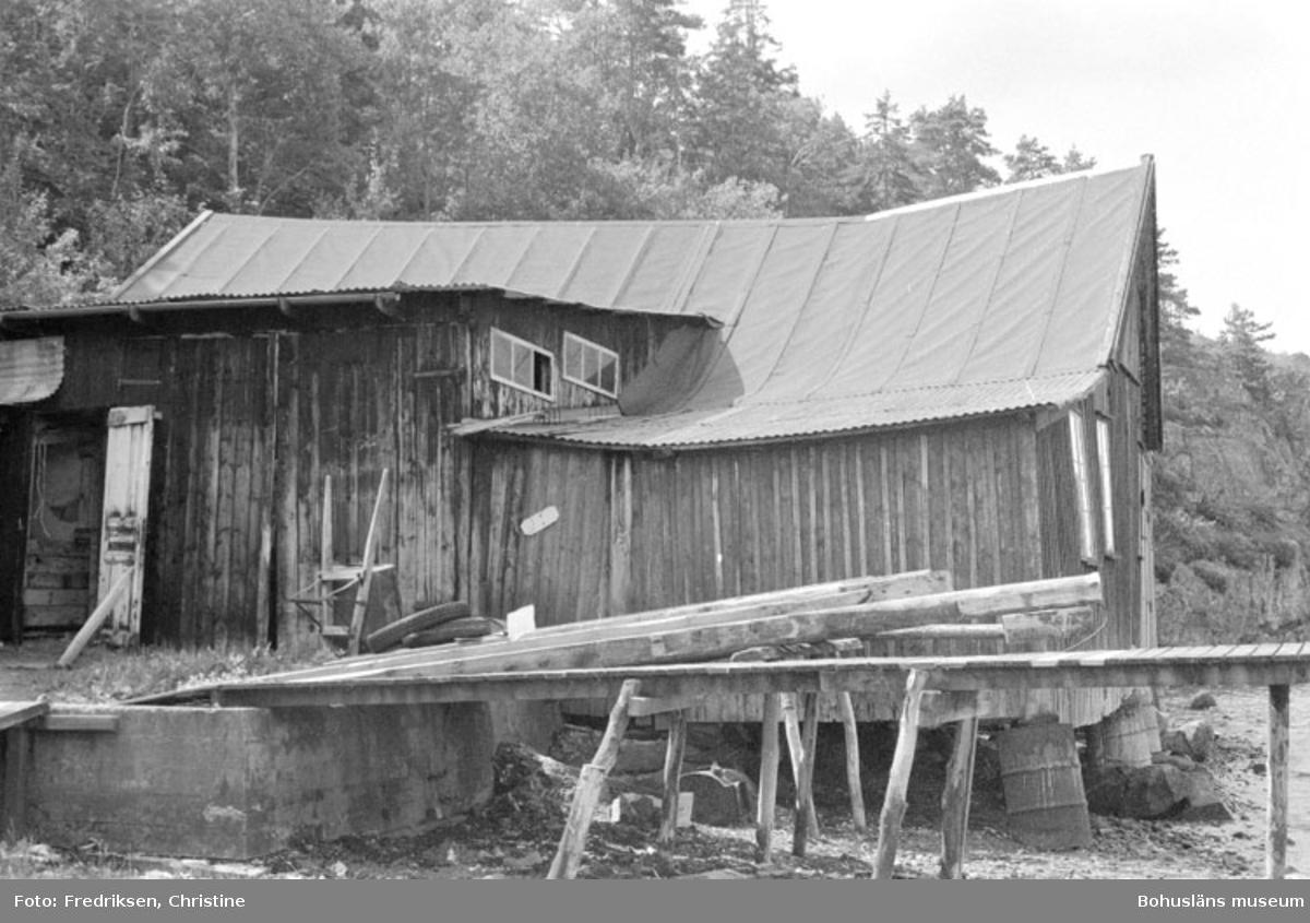 """Motivbeskrivning: """"Bröderna Karlssons varv, Söbben. Båtbyggarverkstad uppförd 1931. """"Datum: 19800711 Riktning: Sv"""