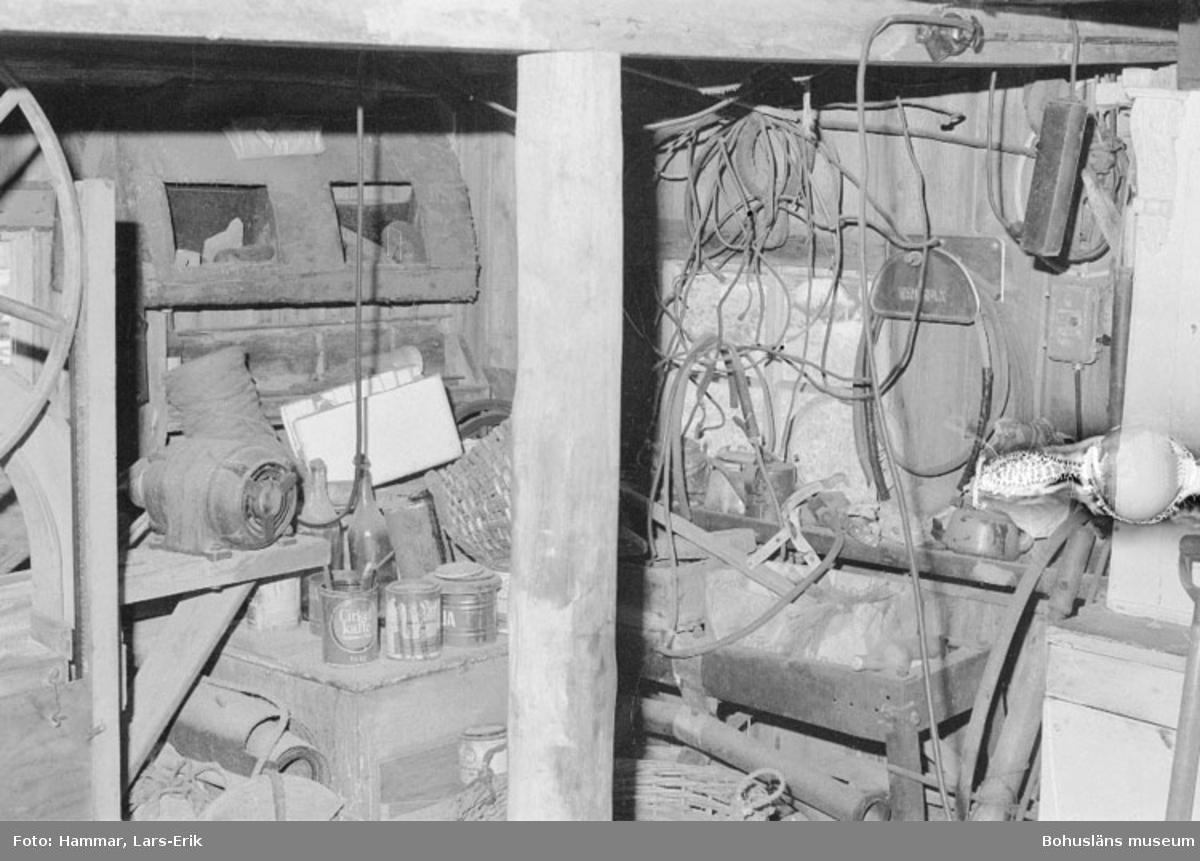 """Motivbeskrivning: """"F.d varv i Skredsvik. Interiör från båtbyggarverkstaden, till vänster i bild syns en bandsåg."""" Datum: 19800717 Riktning: N"""