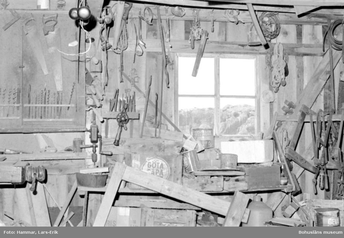 """Motivbeskrivning: """"F.d varv i Skredsvik Bottnafjorden. Interiör från båtbyggarverkstaden."""" Datum: 19800717"""