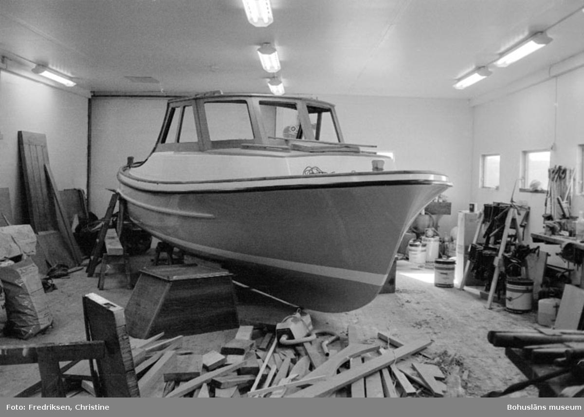 """Motivbeskrivning: """"Båtbyggare Henry Josefsson, inredning av skäreleja (halvfabrikat från Rolf Nicanders båtbyggeri AB, Marstrand.)"""" Datum: 19800919"""