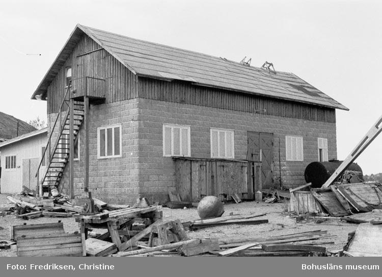 """Motivbeskrivning: """"19800523. Myrens Mekaniska Verkstad, Strömstad. Den mekaniska verkstaden och där bakom smedjan""""."""