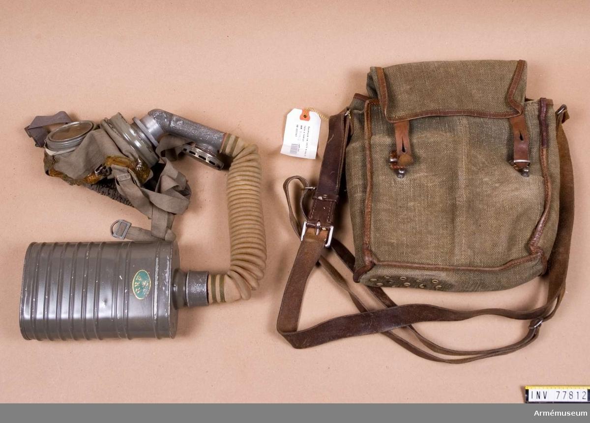 Grupp J. Består av ansiktskydd m/1923, slang med ventilhus fm/1929, behållare, väska fm/1929.