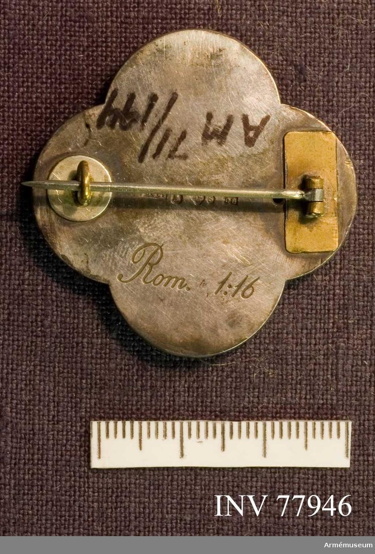 Grupp: M II. Brosch, silver, för examinerad sjuksköterska från Sophiahemmets sjuksköteterskeskola.