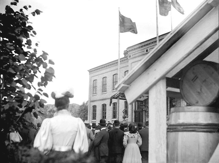 """Enligt fotografens noteringar: """"Konungen öppnar landtbruksutställningen."""" Plats: Uddevalla Datum: 30 Juli 1895 Tid: Kl 1 e.m. Ljus: Solsken  Bländare: No 2 Objektiv: Svenska Express Exponering: Hastighet No 3 Framkallning: Hydrochinon, Eikonogen"""