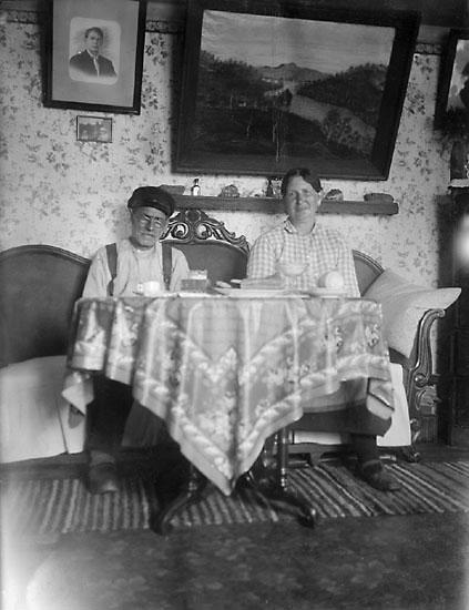 """Enligt senare noteringar: """"Äldre par vid kaffebord."""" (BJ)"""