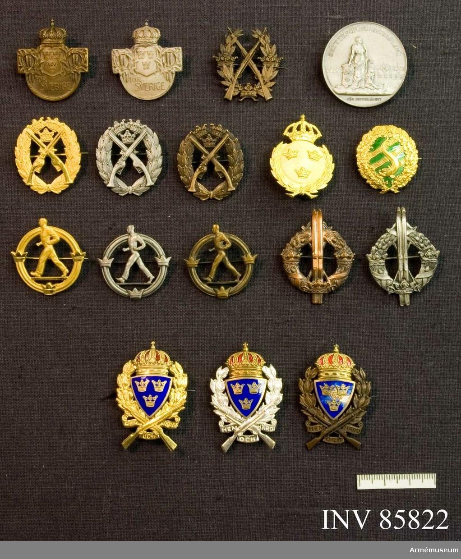 """Grupp MII. 1 st Skyttemärke, brons. 3 st Pistolskyttemärken, brons, silver, guld (nr 510). 3 st Lägre årtalsmärken, brons, silver, guld. 2 st Allmäna idrottsmärket, brons, silver. 2 st Skidlöparmärken, brons, silver. 1 st Simmagister, guld. 3 st Gångarmärken, brons, silver, guld. 1 st Riksmedalj, silver, """"Sveamedaljen"""", m/1899. 1 st Militärt idrottsmärke, guld."""