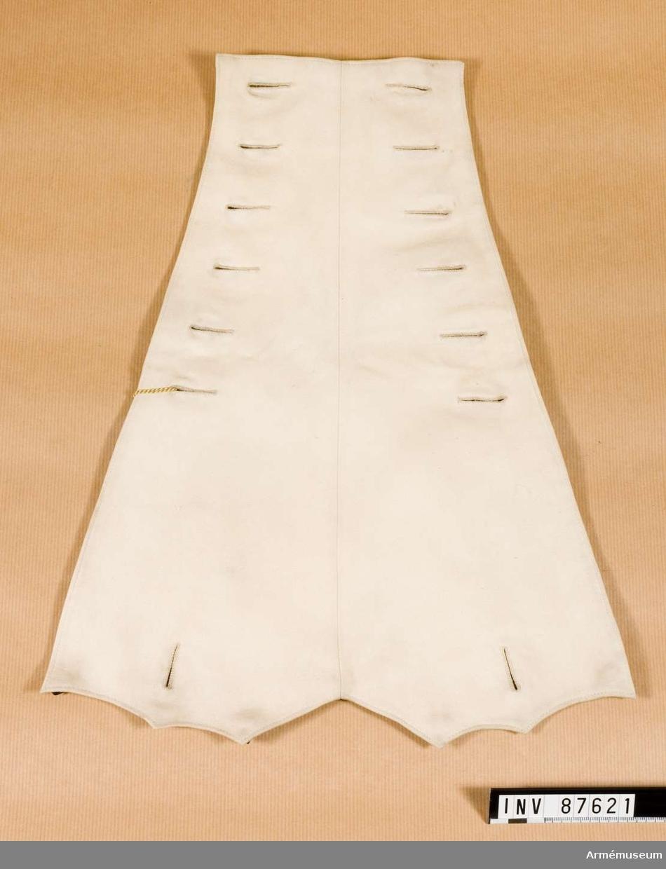 Grupp C I. Revär 1866 Tyskland till uniform för officer. Buren av greve Arthur v. Berndorff. Revär 1866 av vitt kläde för vapenrock (ulanka) med två rader knapphål (sex stycken i varje) på övre sidan fodrade med vitt bomullstyg. På baksidans övre del fem hyskor för att fästa revär till vapenrock.